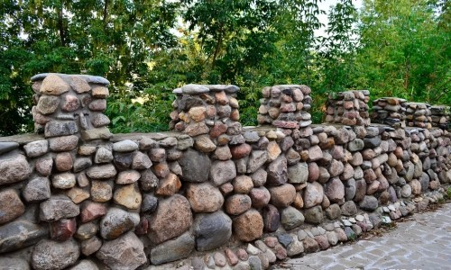 Красивый забор из камня на даче