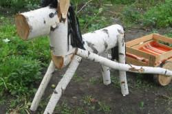 Лошадка из березовых поленьев