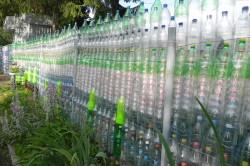 Забор из пластиковых бутылок для сада