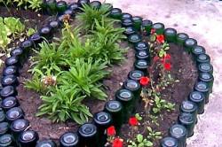 Декоративный забор для цветника из стеклянных бутылок