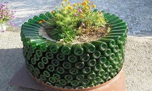 Клумба для цветов из стеклянных бутылок своими руками