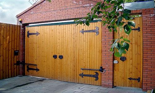 Деревянные ворота на даче