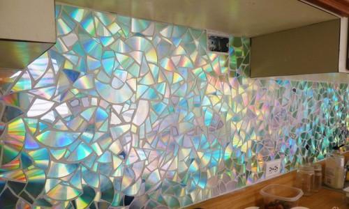 Отделка стены мозаикой из дисков