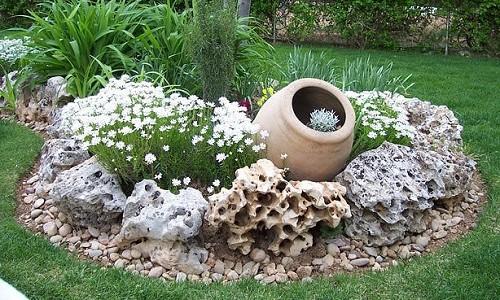 Клумба выполненная из камней