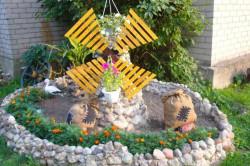 Декоративная мельница в саду