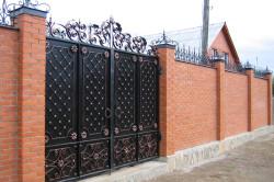 Гармоничный дизайн ворот и забора